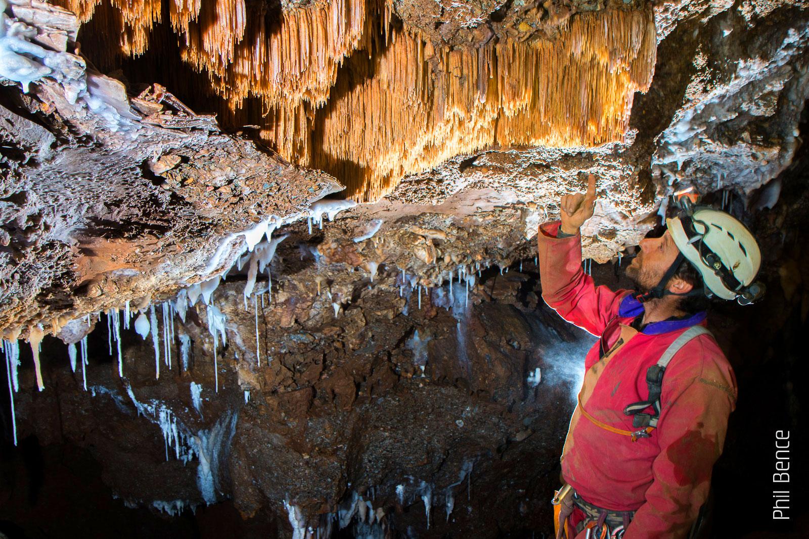 Spéléologie en Ariège - Stalactites du plafond d'une grotte en Ariège Pyrénées - Vertikarst © Phil Bence