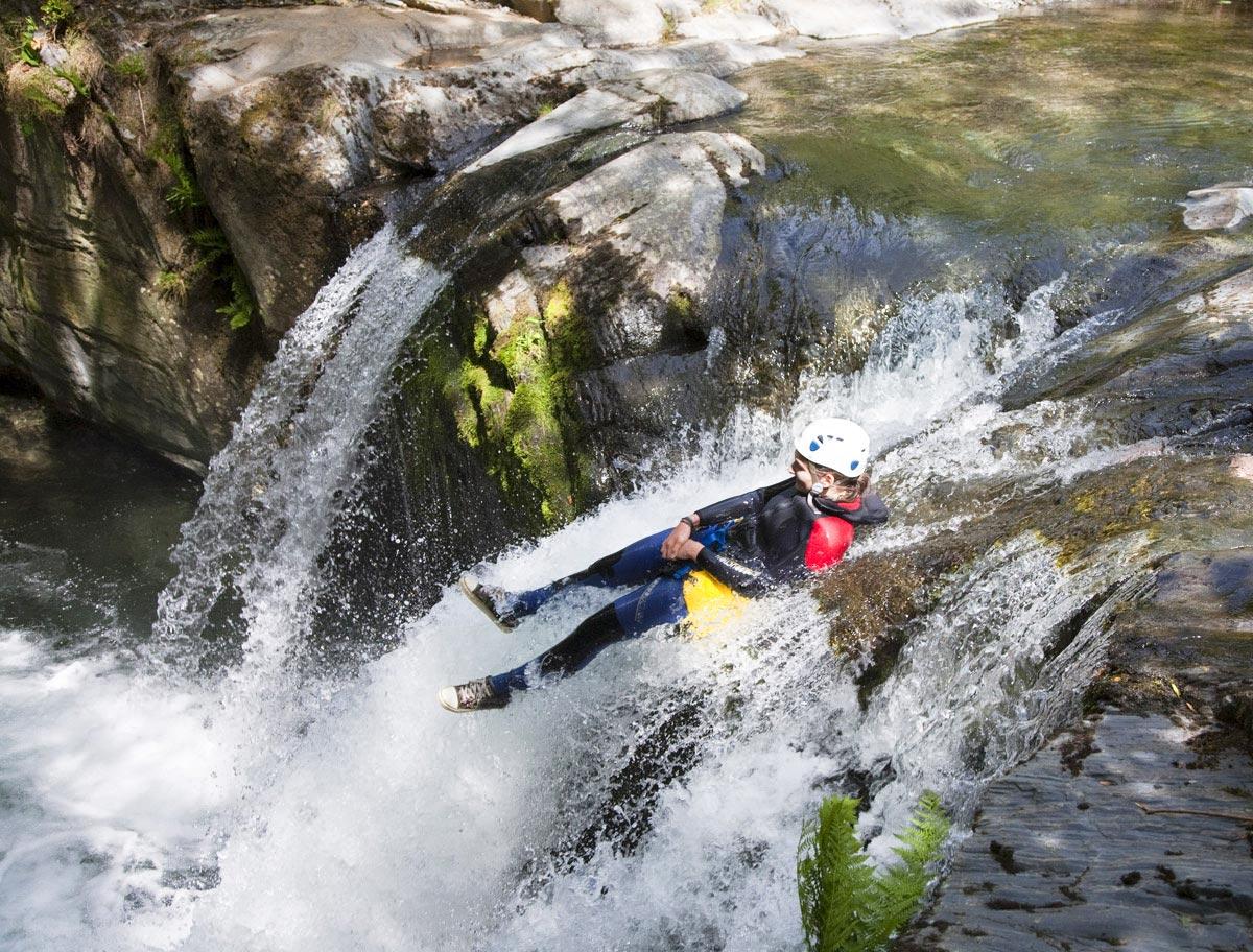 Canyoning en Ariège, toboggan au canyon d'Argensou en Ariège Pyrénées - Vertikarst
