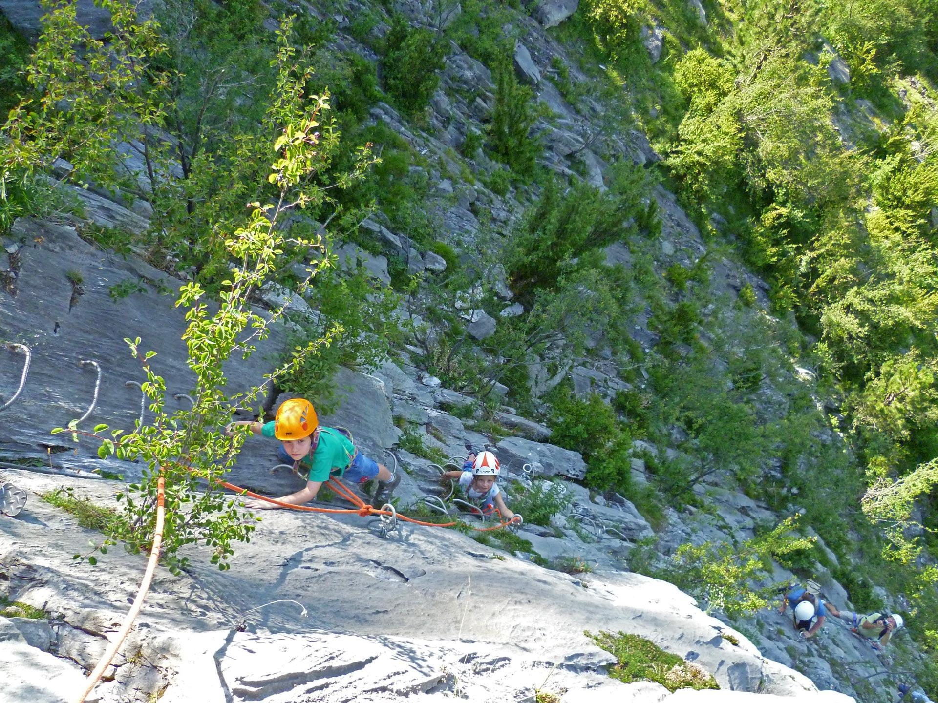 Escalade en Ariège, enfants sur la Via Ferrata de Vicdessos en Ariège Pyrénées - Vertikarst