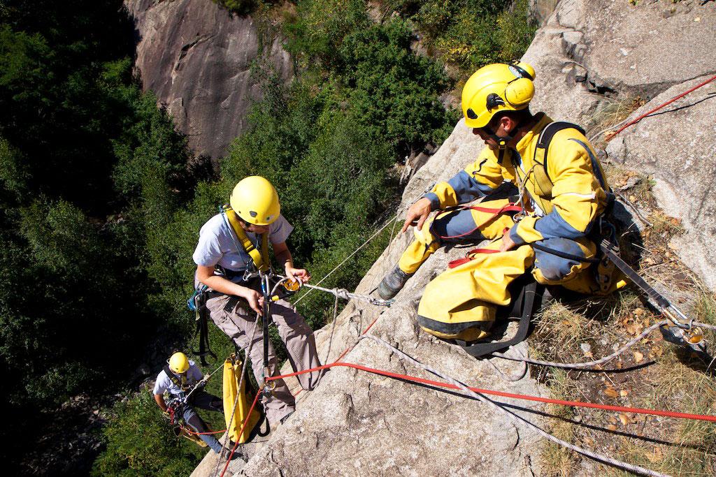 Formation aux travaux en hauteur sur falaises en Ariège Pyrénées - Vertikarst © Phil Bence