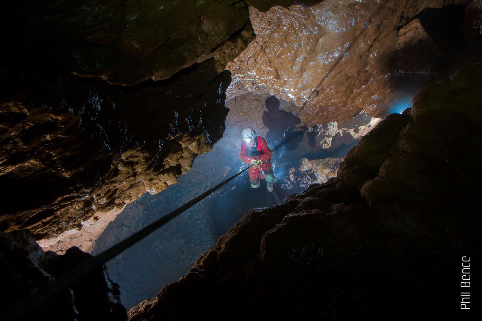 Spéléologie en Ariège, descente en rappel dans le gouffre George au Port de l'Hers en Ariège Pyrénées - Vertikarst ©Phil Bence