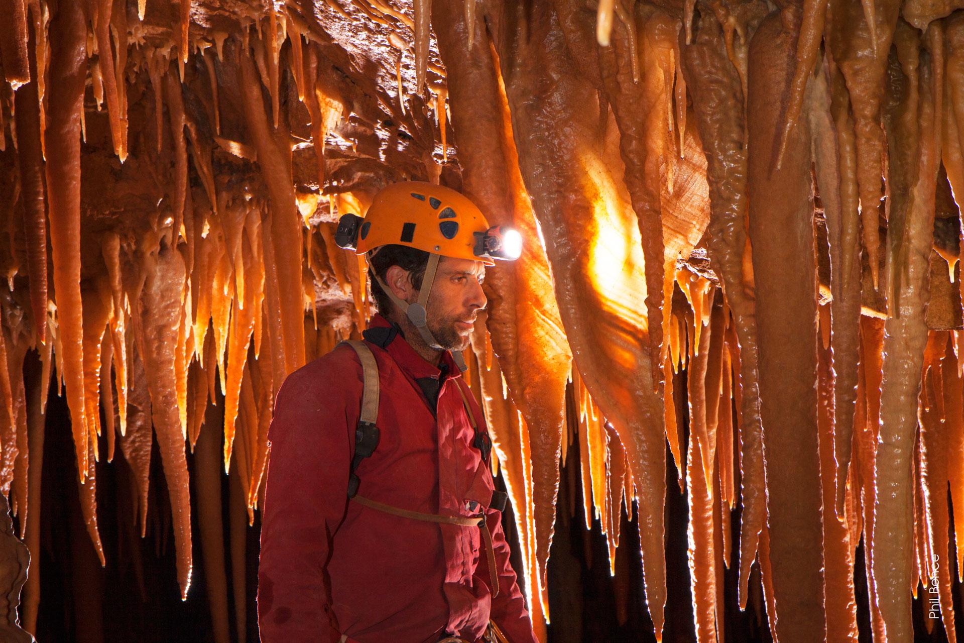 Spéléologie en Ariège Pyrénées, magnifique stalactites à la grotte de l'Ermite en Ariège Pyrénées - Vertikarst © Phil Bence